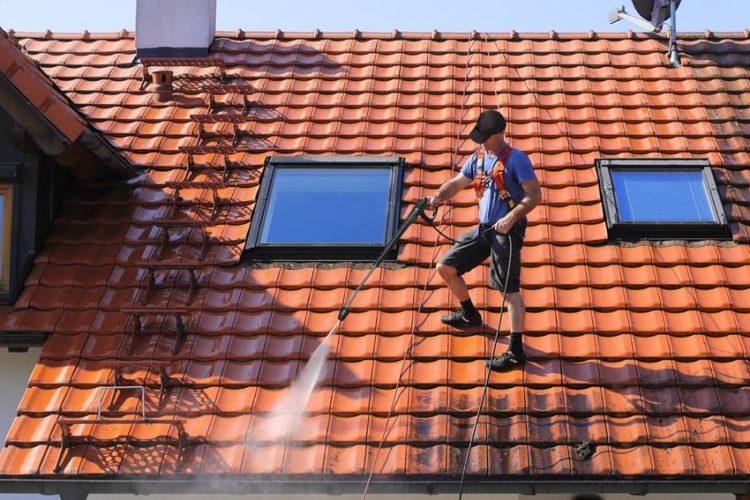 Konserwacja dachu z blachodachówki